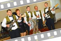 Na czas biesiady przy weselnych stołach, zespół występuje w kamizelkach.
